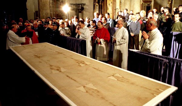 Turin's cardinal Giovanni Saldarini (2nd L) blesses the Shroud before it is put on display in Turin's cathedral April 18. The Turin Shroud, an ancient linen sheet revered by some Christians as the burial cloth that wrapped Christ's body after his crucifixion, goes on display, enclosed in a glass case filled with inert gas, to the public that will be allowed in from April 19 until June 13. This is only the fourth time this century the Shroud had gone on show to the public. It will next be put on display in 2000, to mark the Roman Catholic Church's Holy Year.